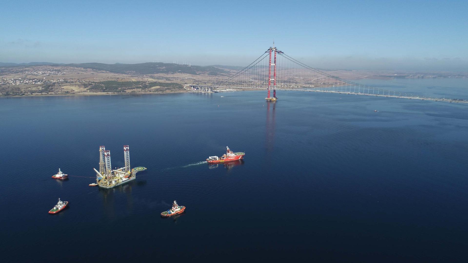 124 metrelik platform, 67 metreye indirilerek Çanakkale Köprüsü'nün altından geçirildi