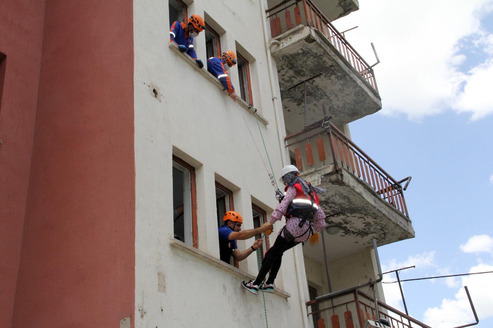 55 gönüllü öğretmene AFAD'dan arama kurtarma eğitimi