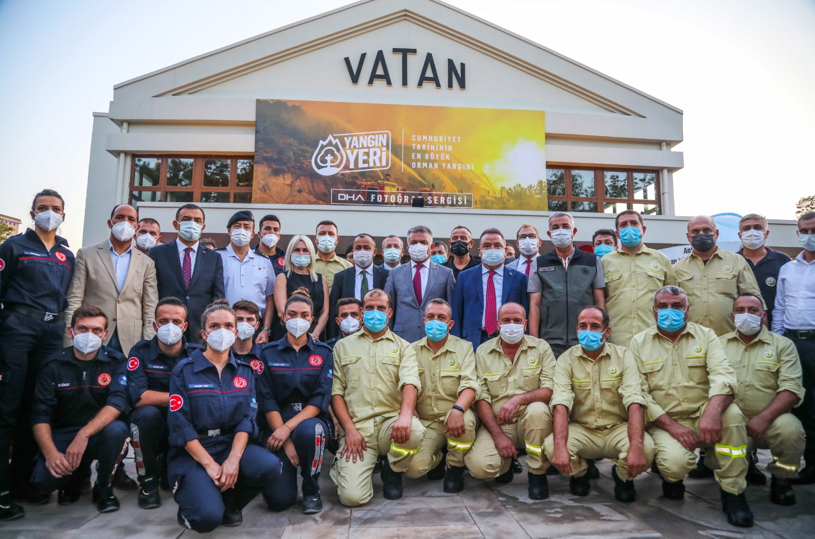 Antalya, DHA'nın 'Yangın Yeri' sergisinde buluştu