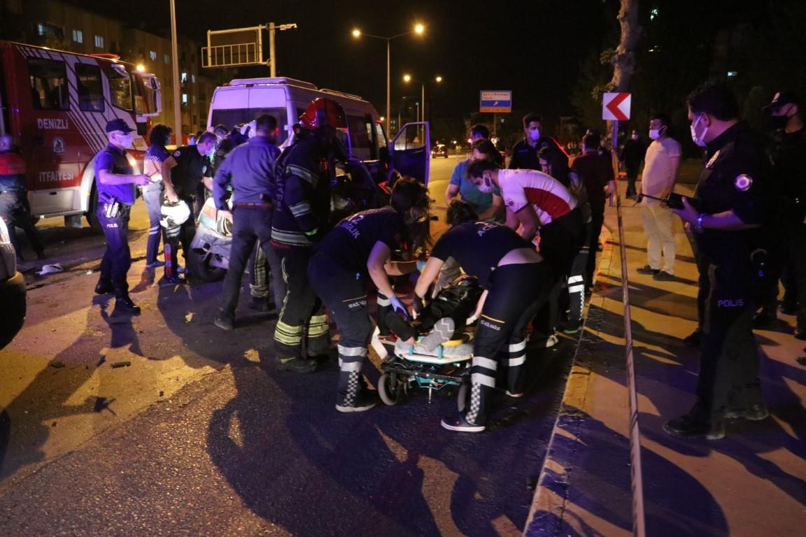 Kontrolden çıkan otomobil karşı şeritteki minibüsle çarpıştı: 2 yaralı