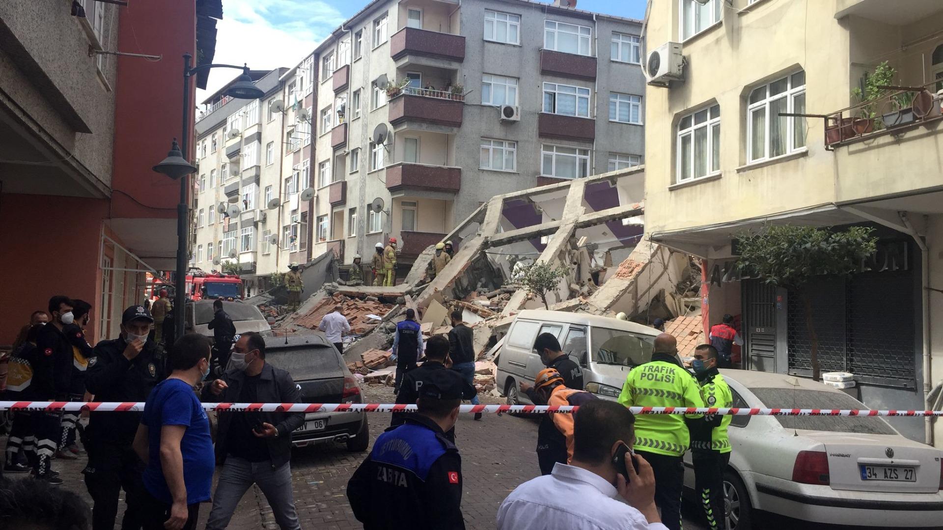 Zeytinburnu'nda boşaltılan bina çöktü