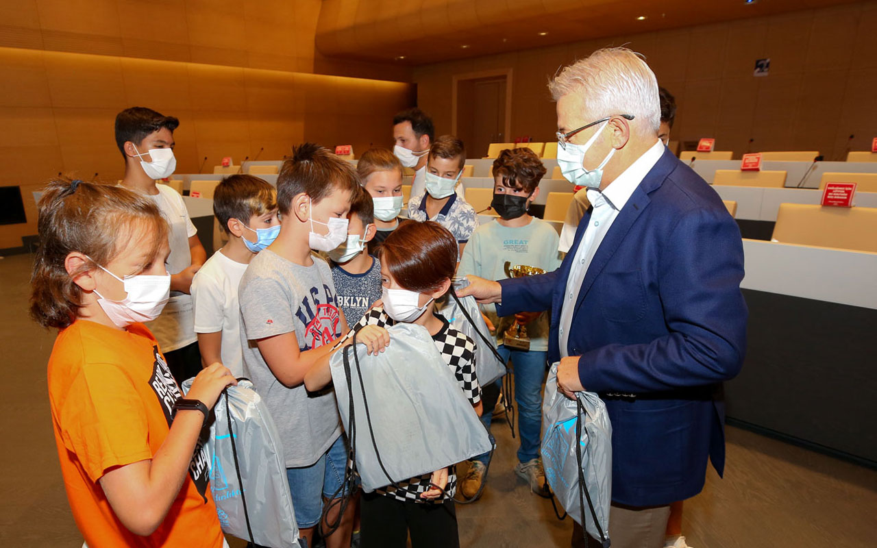 Bursa Nilüfer'de minik kramponların şampiyonluk sevinci