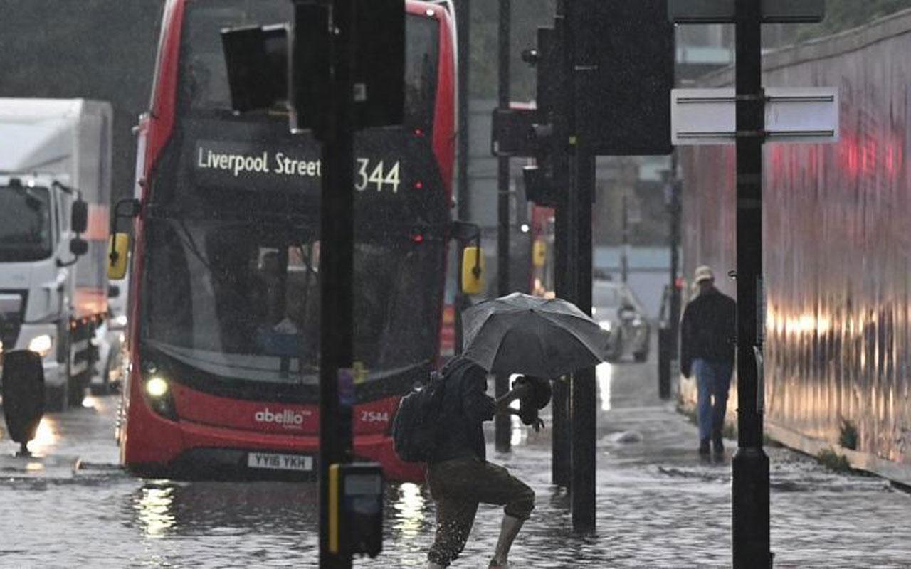 Londra'da sel! Otobüsler yollarda kaldı!