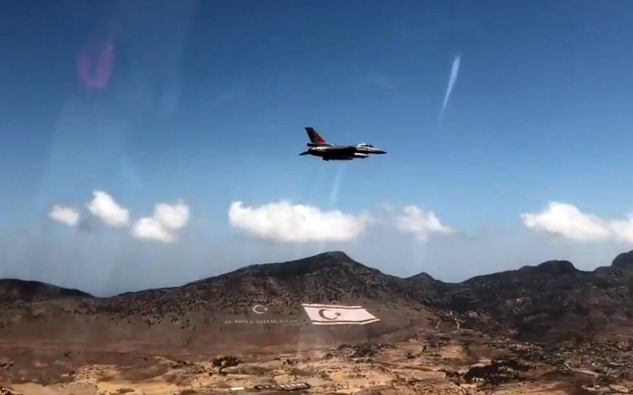 Türk Yıldızları'ndan selamlama uçuşu